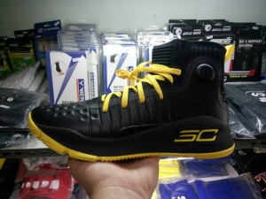 49544-300x225 Sepatu Basket Curry 4 Black Yellow